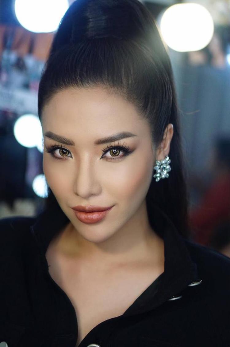 Khác với nàng Hoa hậu Việt Nam, Á hậu biển Khánh Phương có gương mặt sắc sảo hơn. Cằm nhọn, mũi cao, đặc biệt là đôi môi tều căng mọng là những gì người ta nhớ đến nàng á hậu biển.