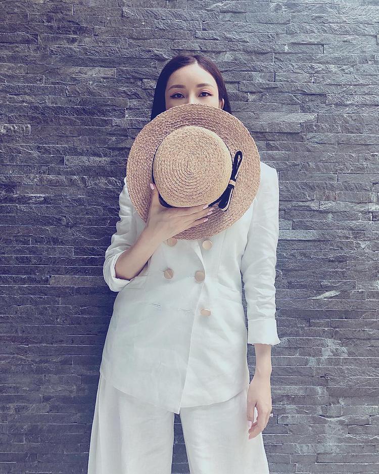 Vô cùng cá tính trong cả cây suits phối với mũ cói, mang đậm hơi thở mùa hè.