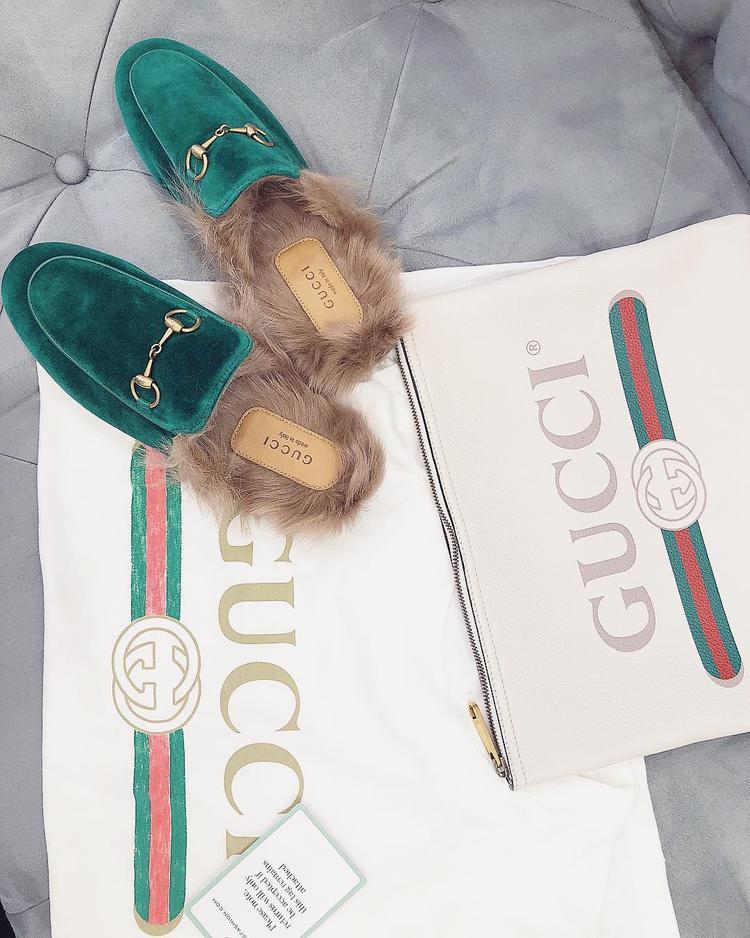 Hay đã mua là phải mua cả set từ dép đến áo phông và túi cầm tay của Gucci.