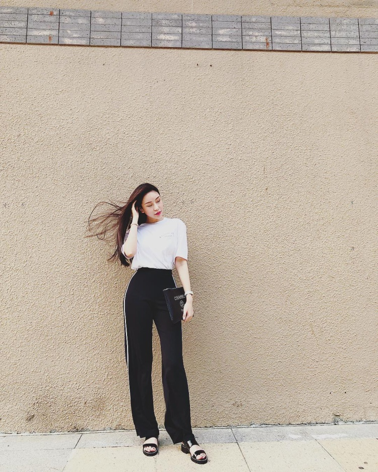 Cách phối bộ cánh đen, trắng cá tính hao hao cô em gái Kỳ Duyên, cả cách cầm túi Chanel đắt giá làm điểm nhấn cũng không khác mấy.