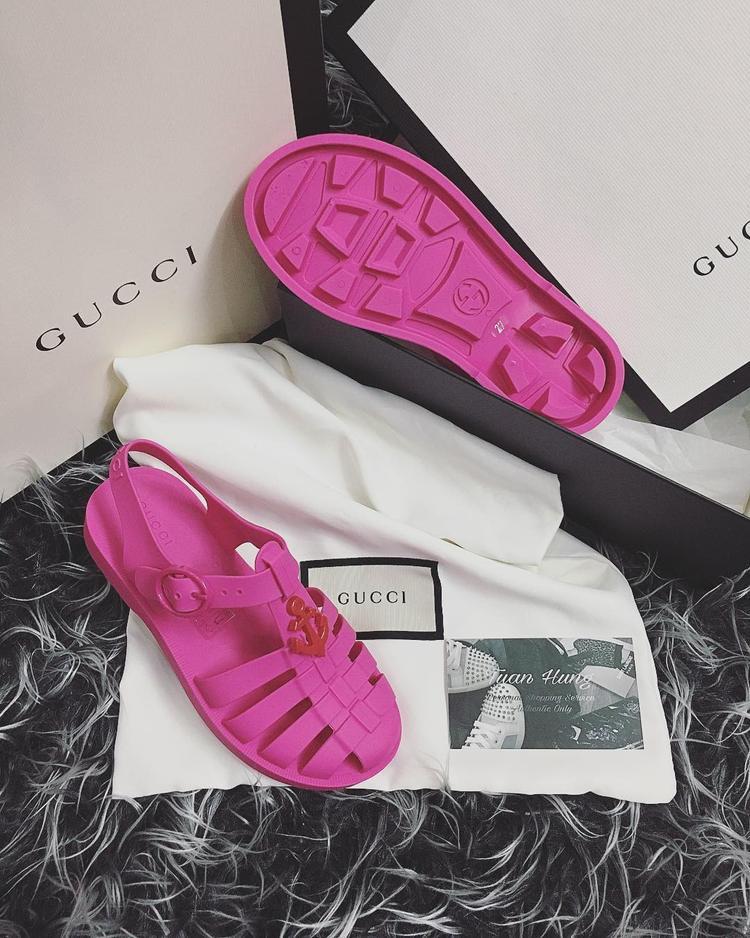 Cùng kiểu dép rọ của Gucci, nhưng Lam Cúc đã sắm là phải sắm hai đôi, từ màu hồng chói lọi…