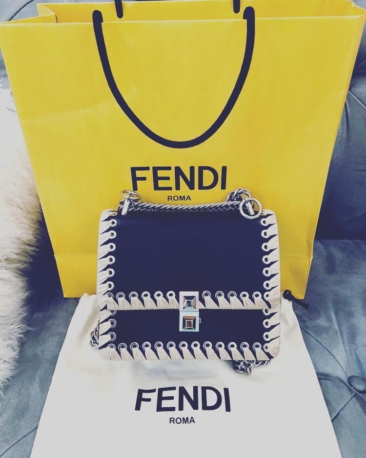 Một chiếc túi Fendi đeo chéo bé xinh được hoa hậu bổ sung vào BST cũa mình.
