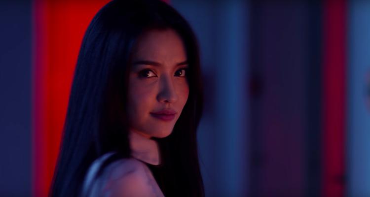 Tạo hình sắc lạnh đầy bí ẩn của Bích Phương trong MV mới.