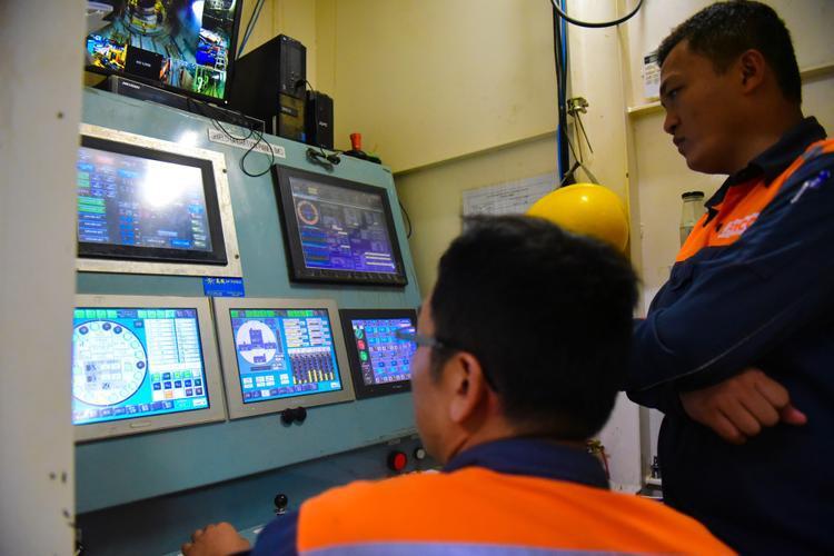 Hàng loạt các thông số được giám sát chặt chẽ trong phòng điều khiển trung tâm.