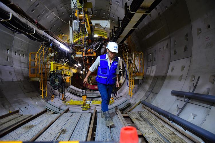 Máy BTM mỗi ngày đào được từ 8-10m. Lượng đất đào được được trộn với nước, vận chuyển bằng đường ống lắp sát trần hầm.