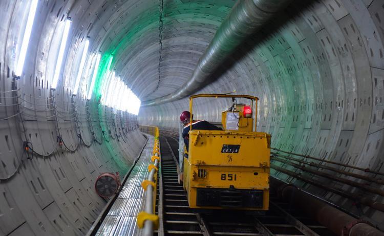 Đường hầm thứ hai này dài tương đương với đường hầm thứ nhất (đã hoàn thành vào tháng 11/2017), dự kiến sẽ hoàn thành vào tháng 6/2018.