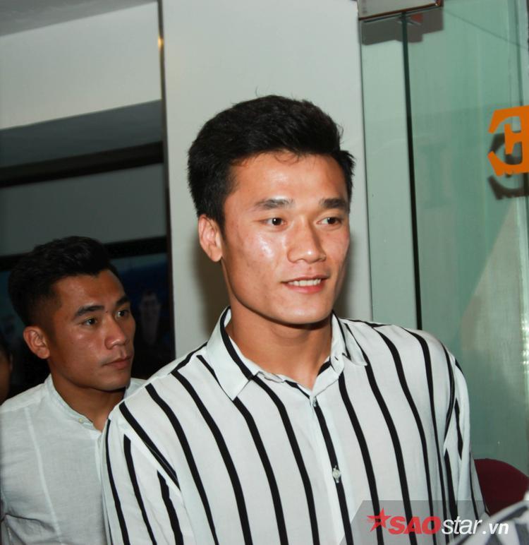 Anh em Bùi Tiến Dũng, Đức Chinh, Quang Hải phấn khích khi xem phim bóng đá 11 niềm hy vọng