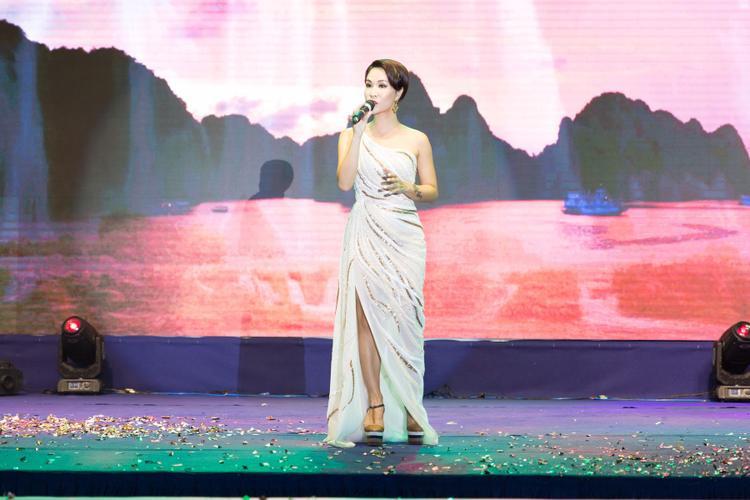 Uyên Linh chia sẻ niềm hạnh phúc trước tình cảm của khán giả Phú Quốc dành cho cô.