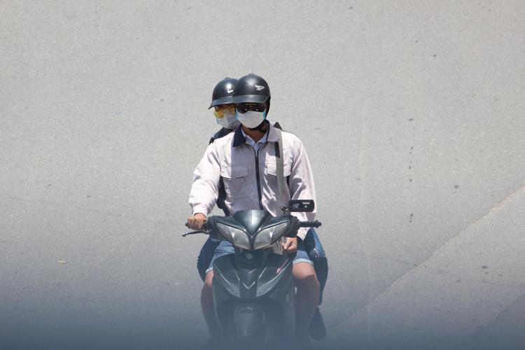 Người Hà Nội vật vã ngoài đường trong cái nắng gay gắt nhất từ đầu hè