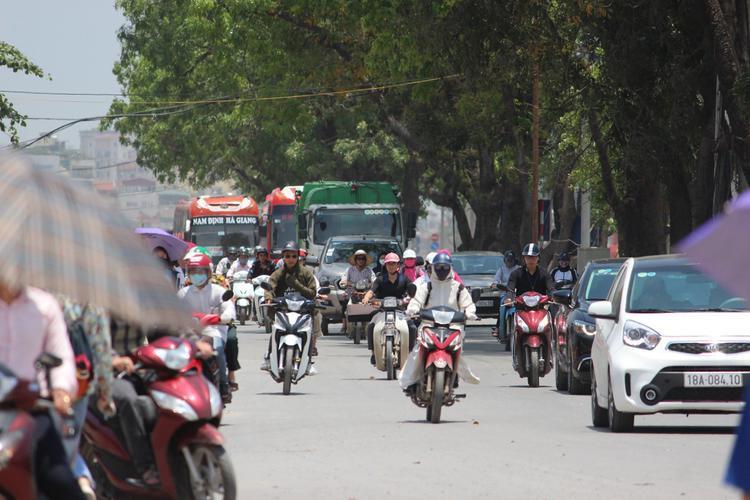 Trưa 7/4, theo ghi nhận của chúng tôi, tại khu vực Hà Nội, nhiệt độ cao nhất trong ngày phổ biến từ 33-35 độ, có nơi cao trên 35 độ. Thế nhưng, ngoài trời nhiệt độ cao hơn vài độ khiến thời tiết oi bức, nóng nực.