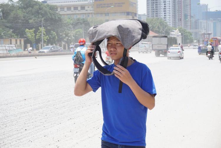 Cảnh nhiều sinh viên đi qua con đường đầy nắng và bụi.
