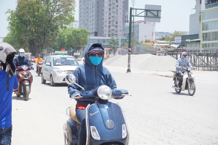 Thời tiết oi nóng thế này khiến nhiều người đi đường phải vật vã vì nắng nóng.