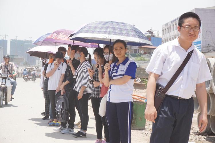 Tại đường Phạm Văn Đồng, nhiều sinh viên đứng chờ xe buýt trong cái nóng gay gắt. Thời tiết đầu mùa oi bức khiến nhiều người cảm giác ngột ngạt, khó chịu.