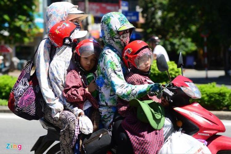 Dân mạng chia sẻ lại ảnh từ các trang báo ghi nhận cảnh nắng nóng. Nguồn: Zing.vn.
