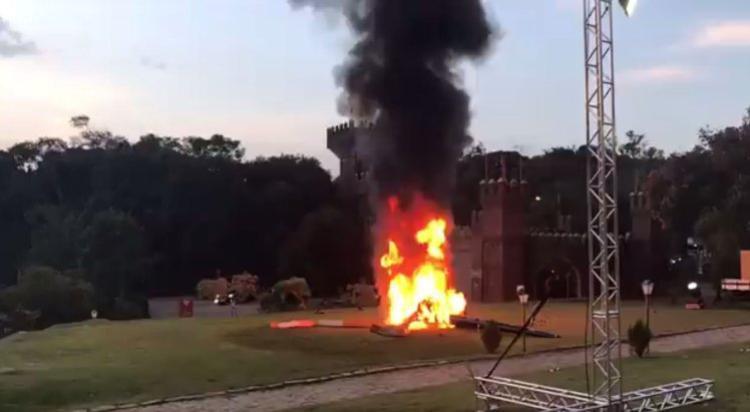 Máy bay bốc cháy nghi ngút sau khi gặp nạn. Ảnh: Twitter