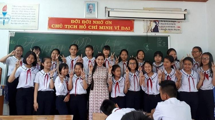 Cô giáo Nguyễn Thị Như Huyền cùng học sinh của mình.