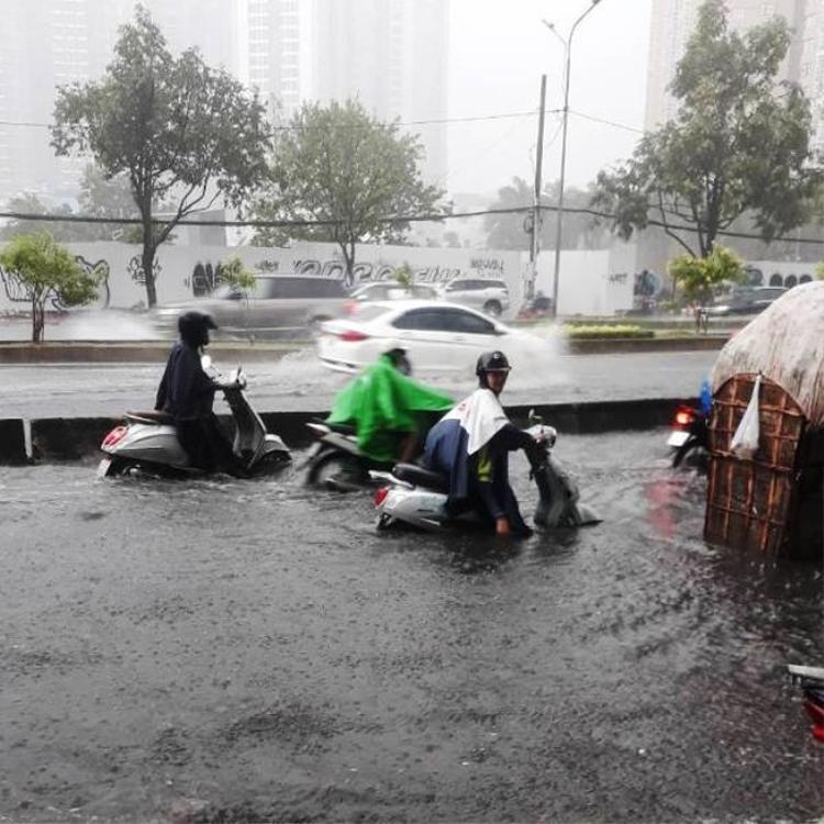 Đường Nguyễn Hữu Cảnh bị ngập sau cơn mưa trưa ngày 7-5.