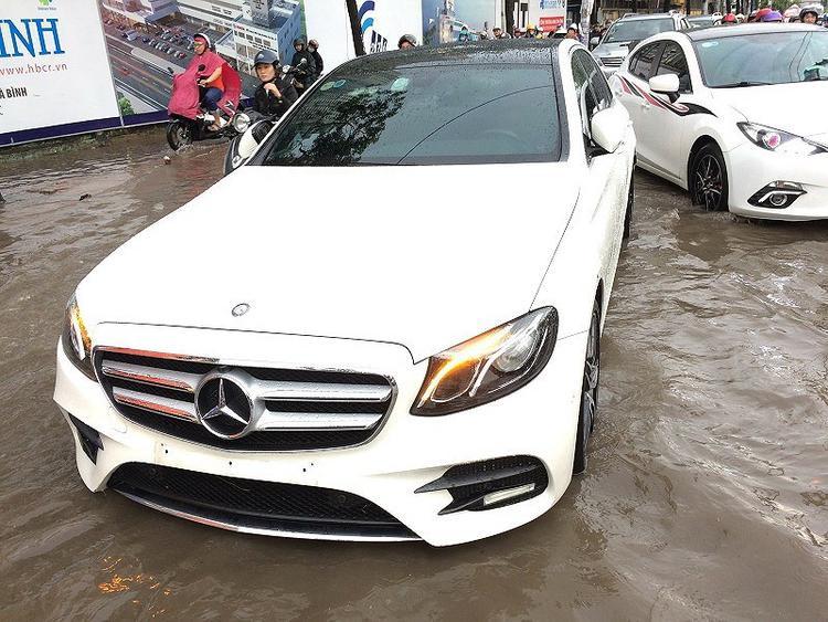 Chiếc xe ô tô chết máy do nước ngập sâu khiến dòng phương tiện phía sau bị ùn ứ. Ảnh: N.THẮNG