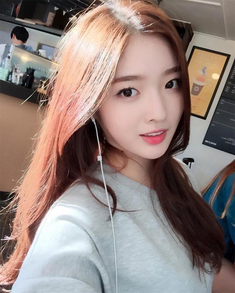EunJin đã vắng mặt trong những hoạt động của DIA từ năm ngoái. Khi ấy nhiều tin đồn cô rời nhóm xuất hiện nhưng một số lại khẳng định EunJin đi thi chương trình sống còn Produce 48 của Mnet giống như các cô bạn cùng nhóm - Chaeyeon, Yebin, Somyi, Heehyun.