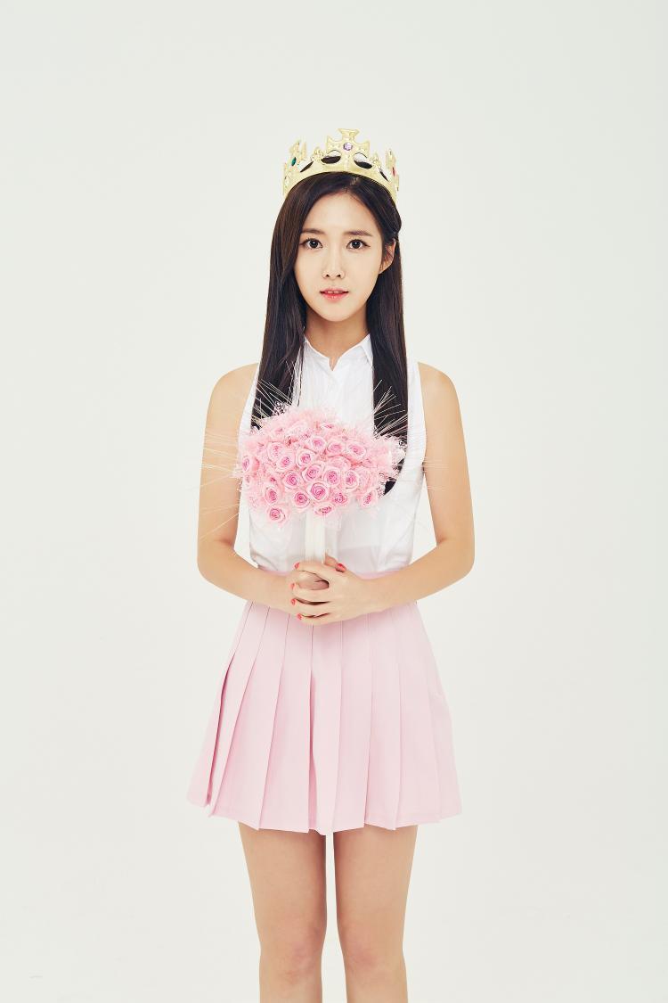 Ra mắt một thời gian, DIA đón nhận tin dữ đầu tiên khi thủ lĩnh kiêm hát chính Seunghee rời nhóm, chuyển hướng sang phim ảnh. Tuy nhiên, fan lại không quá bất ngờ với quyết định này vì Seunghee vốn không nằm trong đội hình ban đầu của DIA, được thêm vào nhóm ở phút chót trước khi trình làng Kpop, người hâm mộ cũng biết đam mê lớn nhất của cô là diễn xuất.