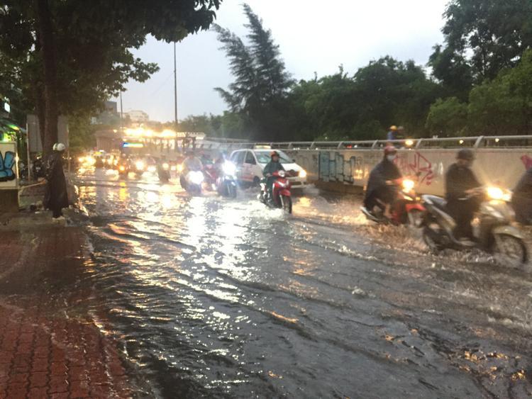 """Con đường có """"siêu máy bơm""""những mưa nước vẫn ngập lênh láng."""