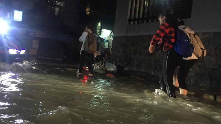 Con hẻm trên đường D2, quận Bình Thạnh cứ mưa là ngập lênh láng, nhiều người lội nước bì bõm về nhà.