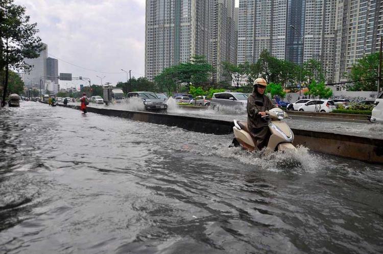 Tuy đoạn đường này đã được lắp đặt máy bơm công suất lớn, có thể bơm 90.000m3 nước/h nhưng lần này dường như quá tải, tình trạng ngập nước lại tái diễn. Ảnh: Vietnamnet.