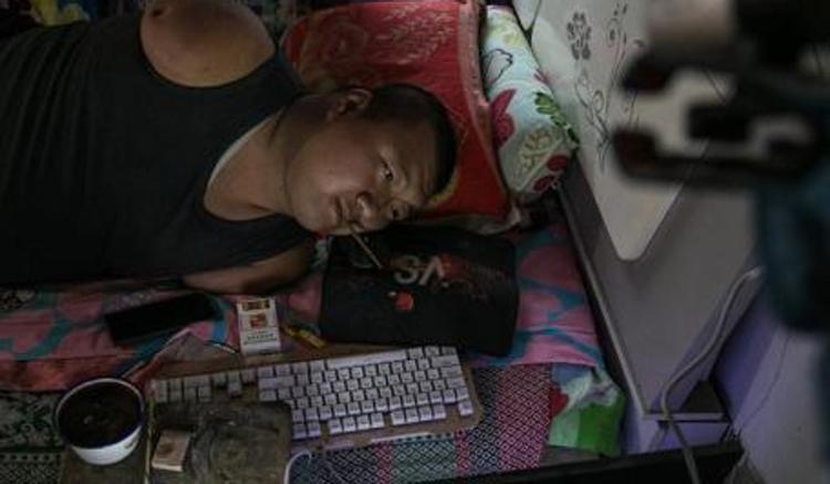 Yuan nổi tiếng trên mạng với cách chơi game online trong tư thế nằm nghiêng một bên.