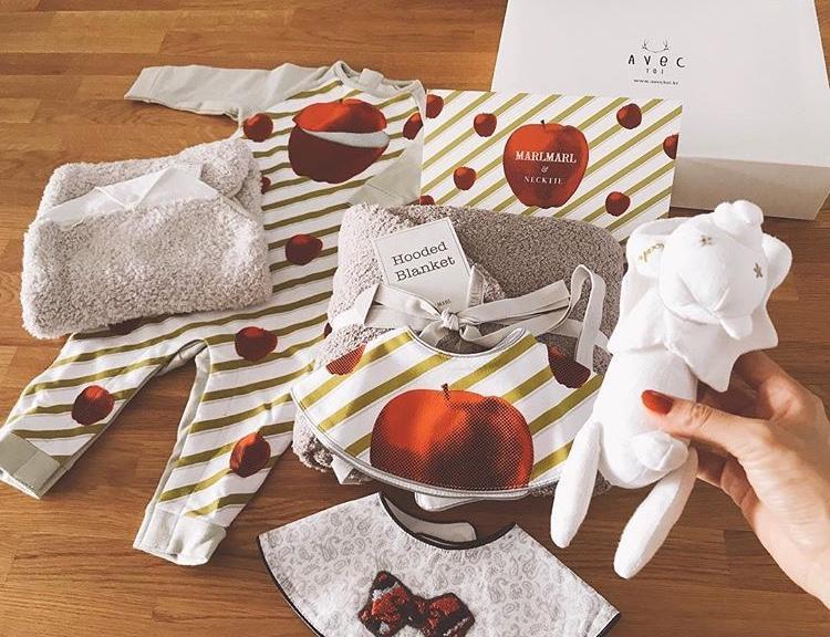 Nghe được tin này, nữ diễn viên Lee Min Jung gửi tặng cô dâu một bộ đồ cho em bé trong bụng.