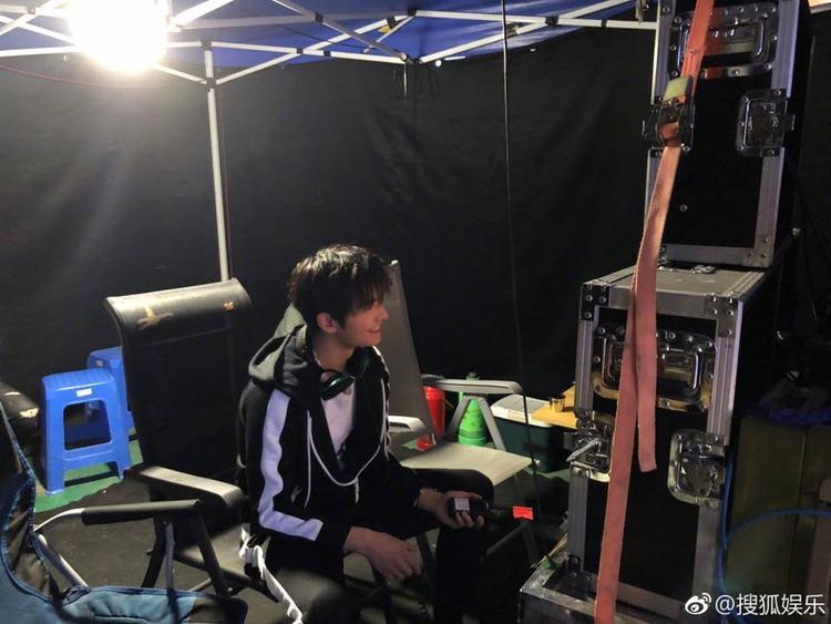 Angelababy lộ thân hình gầy gò, Dương Dương xuất hiện bảnh bao bên bạn gái trên phim trường