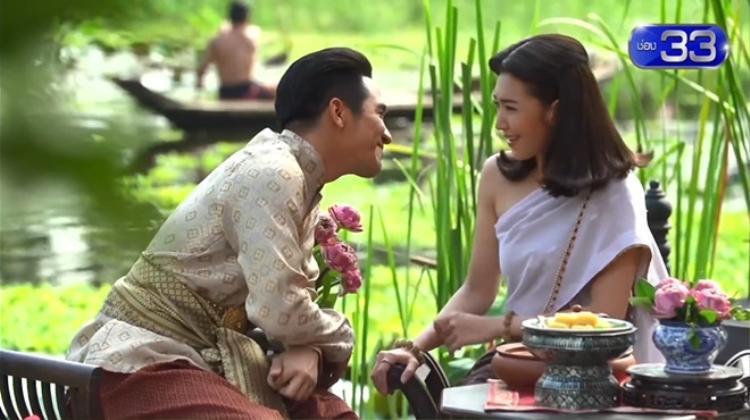 Từ ánh mắt cho đến cử chỉ, giọng nói mà Khun Pee dành cho Karakade đều khiến fan xoắn xuýt.