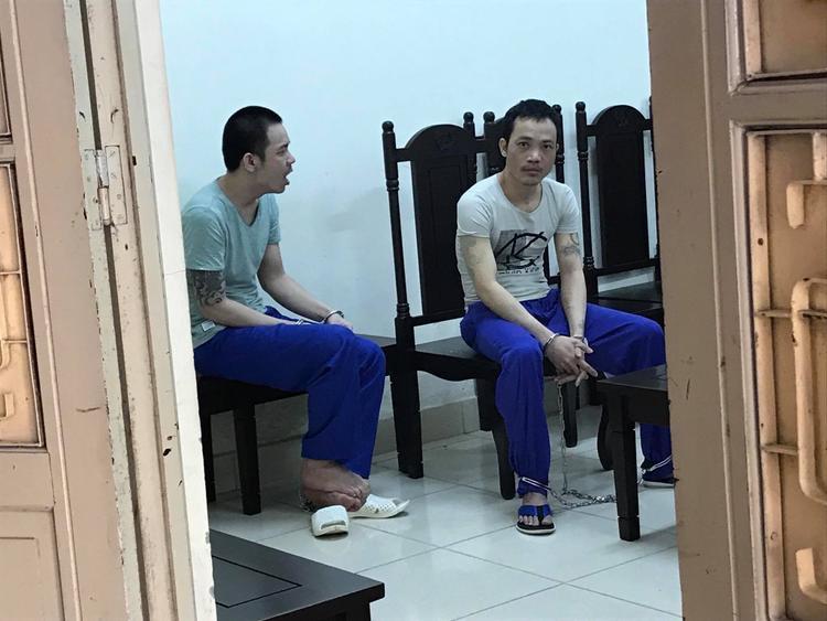 """Bị cáo Tình (bên trái) tỏ ra mệt mỏi trong khi đó, Thọ """"sứt"""" (bên phải) không ngừng ngóng đợi người thân."""
