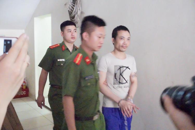 Do từng vượt ngục nên bị cáo Thọ được 2 chiến sĩ Công an áp gải.