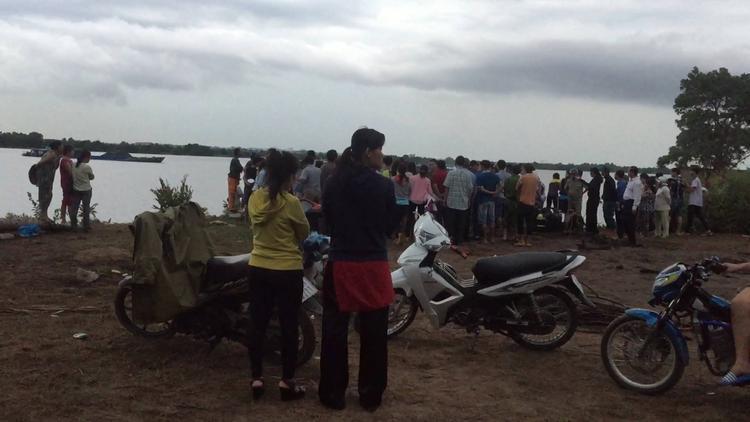 Nhiều người xót xa trước cảnh tượng 2 nữ sinh chết đuối.