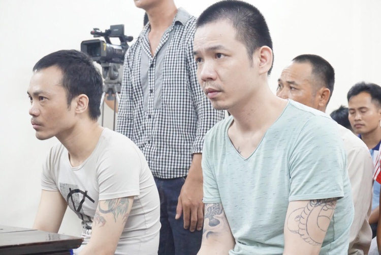 2 bị cáo Tình và Thọ ngồi tại tòa chờ nghe xét xử.