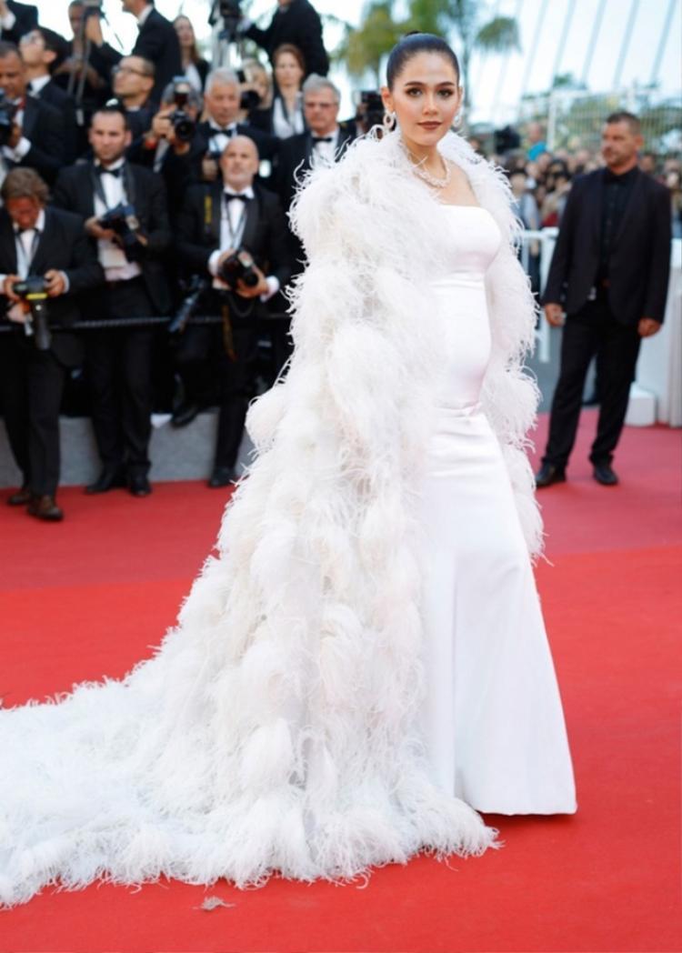 Năm ngoái, Chompoo Araya vác bụng bầu đi thảm đỏ Cannes vẫn xinh đẹp hết phần thiên hạ.