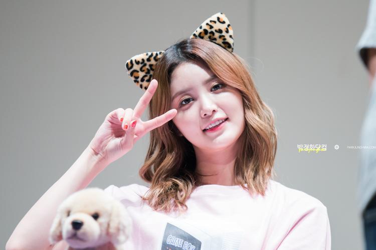 Điểm thu hút nhất ở Junghwa - theo như các thành viên và LEGGO nhện xét - chính là nụ cười tươi của cô nàng. Nhưng hơn hết, chính nhờ tính cách đáng yêu, lạc quan vui vẻ mà Pặc Bông luôn được mọi người yêu mến.