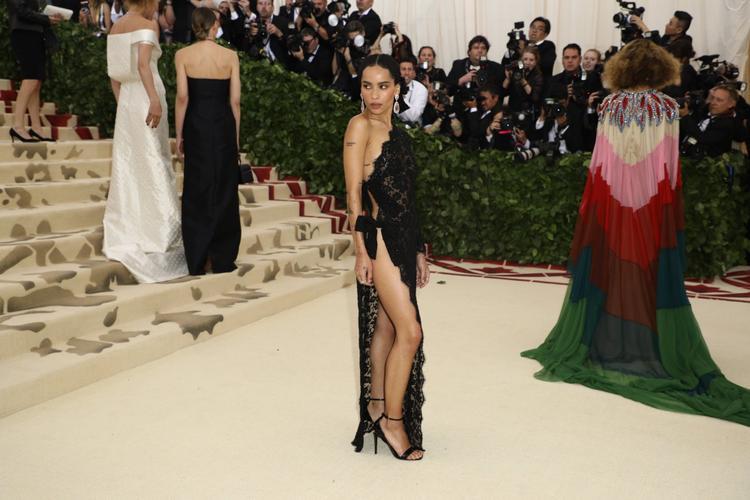 Với trang phục cắt xẻ táo bạo từ thương hiệu Saint Laurent, nữ diễn viên Zoe Kravitz khoe trọn da thịt với ba vòng nóng bỏng.
