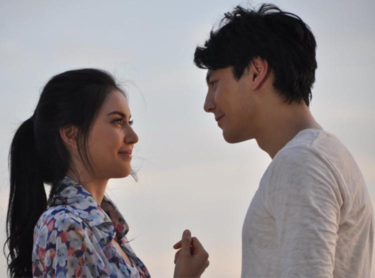 Mai Davika bị bắt gặp đi chơi ở Chiang Mai cùng Dome Pakorn. Cũng trong thời gian đó, Dome Pakorn mới chia tay bạn gái nên Mai nhanh chóng trở thành mục tiêu bị chỉ trích.