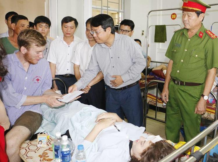 Lãnh đạo tỉnh Hà Tĩnh thăm hỏi các nạn nhân trong vụ tai nạn.