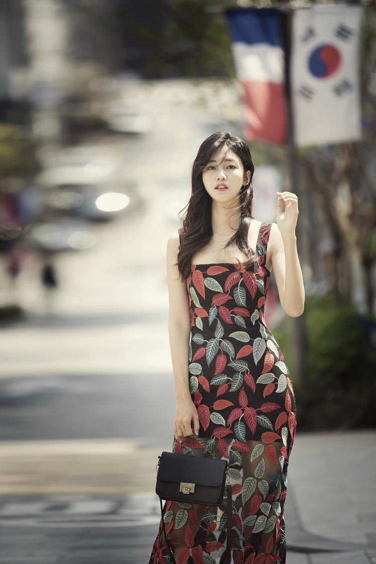 Mới đây, Á hậu Thanh Tú khiến nhiều người không khỏi xao xuyến với hình ảnh nhẹ nhàng, quyến rũ trong bộ ảnh chụp tại Seoul, Hàn Quốc.