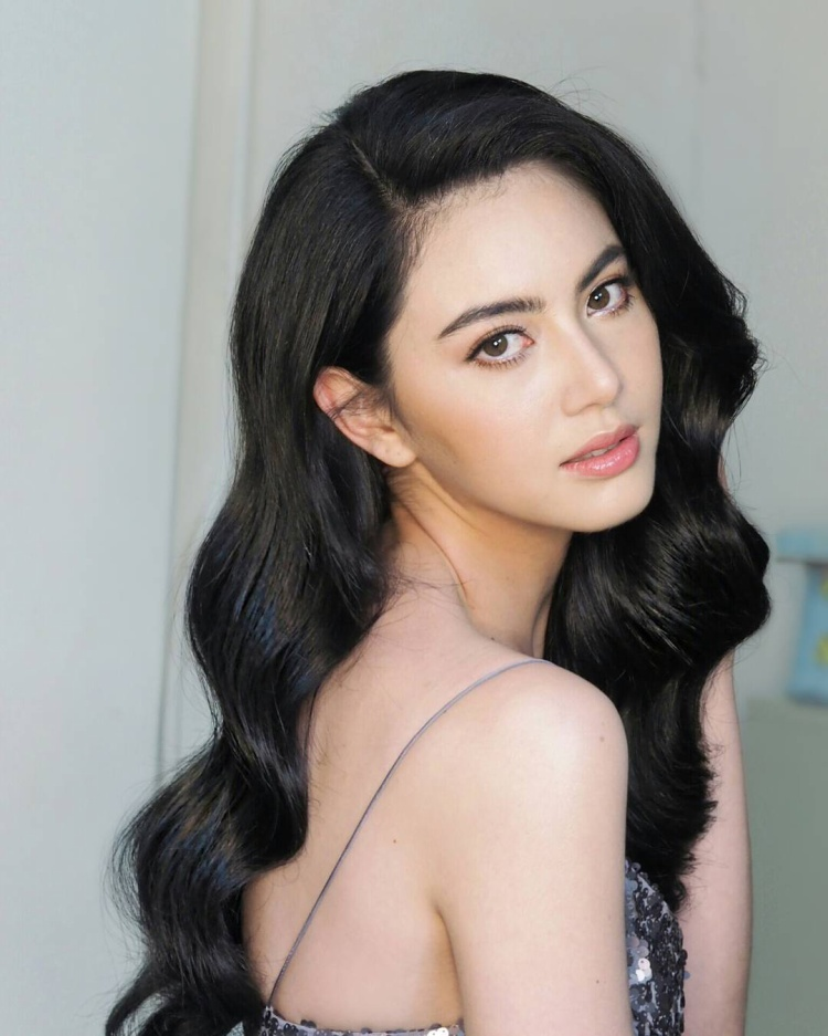 Nữ chính MV lần này cũng đã lộ diện: Davika là diễn viên, người mẫu hạng A của xứ sở chùa Vàng. Cô bắt đầu sự nghiệp diễn xuất qua phim truyền hình Bóng thần tình yêu vào năm 2010. Tên tuổi của cô quen thuộc với khán giả châu Á với các tác phẩm điện ảnh như Em là bà nội của anh phiên bản Thái, Ánh hoàng hôn rực rỡ - Tawan Tor Saeng, Hẹn ước tình yêu - Buang Banjathorn…