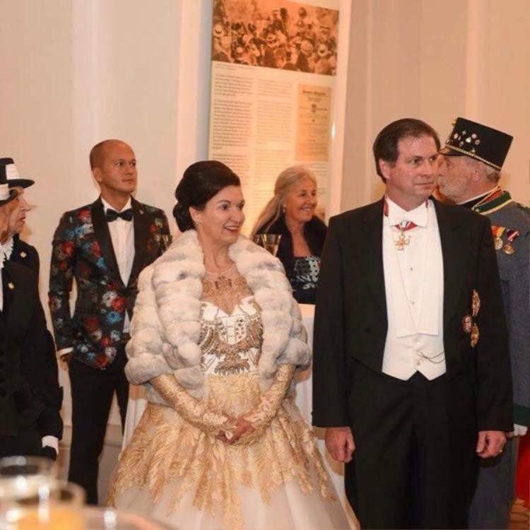 NTK Patrick Phạm cùng Công chúa Hoàng gia Áo Herta Margarete Habsburg và Hoàng tử Sandor Habsburg trong một bữa tiệc.