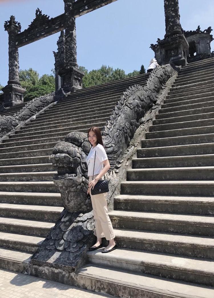 Với trang phục dạo phố đơn giản, Khánh Phương không quên mang túi xách Gucci thanh lịch.