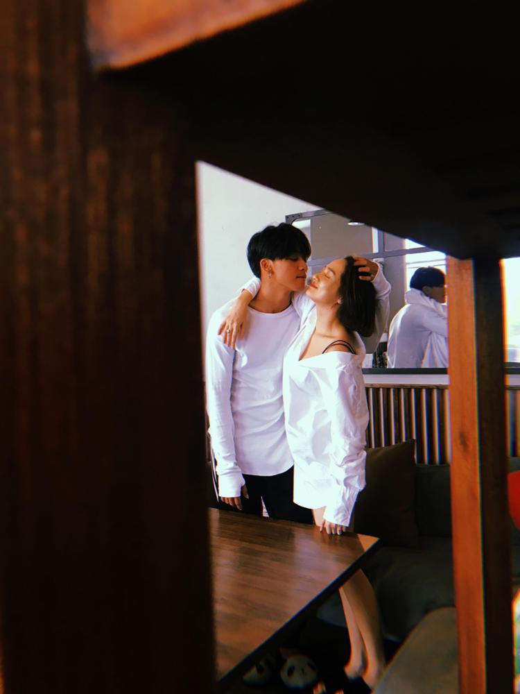 Fan đau tim trước hình ảnh quá thân mật của Bảo Anh cùng trai lạ trong thang máy