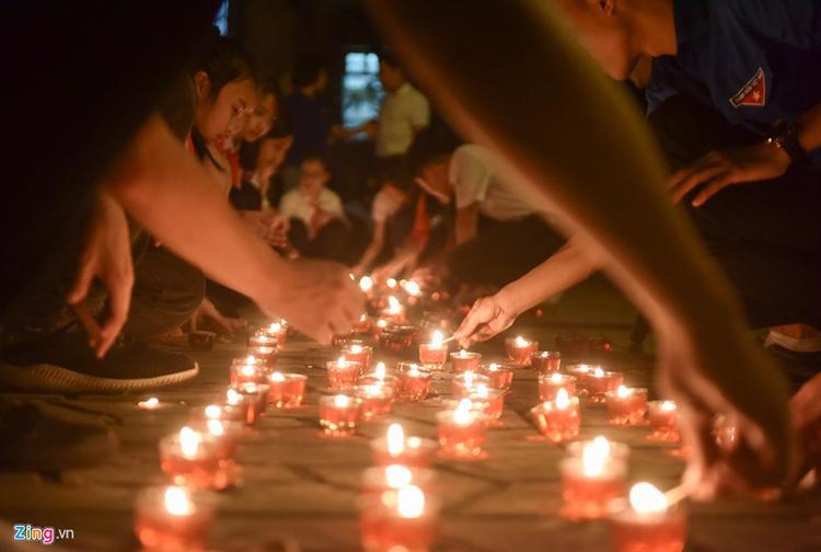 Tối 7/5, nhiều đoàn sinh viên và học sinh đã đến nhà đại tướng Võ Nguyễn Giáp ở số 30 Hoàng Diệu (Hà Nội) thắp nến tri ân và thắp hương tưởng niệm vị tướng gắn liền với chiến thắng Điện Biên Phủ.