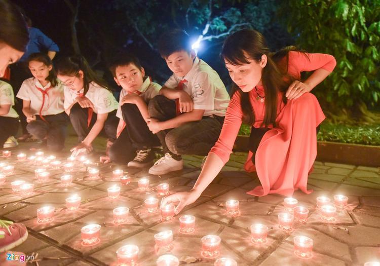Cô giáo Hoàng Thu Hoà, giáo viên trường THCS Dịch Vọng, quận Cầu Giấy, cho biết đây là lần đầu tiên cô được đến nhà đại tướng vào buổi tối. Vốn đã đọc và biết nhiều về đại tướng Võ Nguyên Giáp, cô rất xúc động khi được đến thăm nơi ở và làm việc của ông lúc sinh thời.