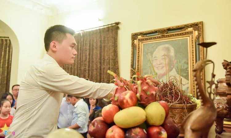 """""""Đang học ở Mỹ nên mình ít có thời gian ở Việt Nam. Vừa về nước một tuần, biết tin có đoàn tổ chức thắp tri ân nên mình liền đăng ký tham gia. Lần đầu được đến nhà đại tướng, mình cảm thấy rất xúc động khi nhìn thấy những kỷ vật của ông và sự trân trọng của thế hệ trẻ"""", Dương chia sẻ."""