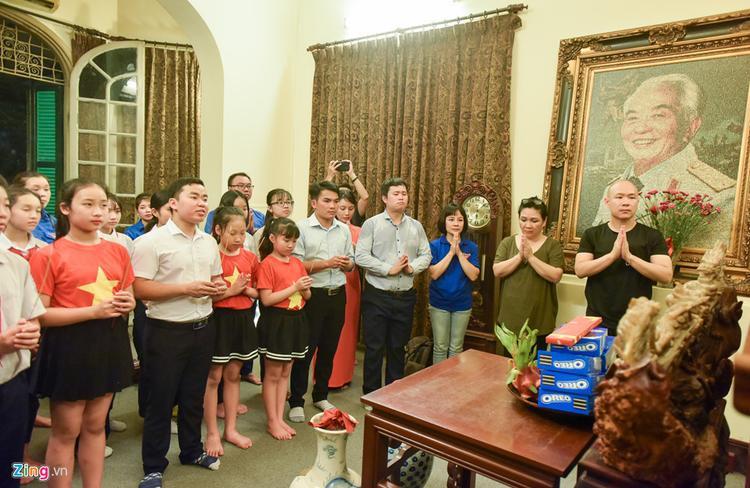Đại diện gia đình là bà Mạc Thu Hường (con dâu Đại tướng) bày tỏ xúc động khi các bạn trẻ luôn nhớ đến ông, nhớ đến ngày chiến thắng Điện Biên Phủ. Bà chia sẻ, tâm nguyện của đại tướng là mong muốn thế hệ trẻ học tập và rèn luyện đóng góp trí lực cho đất nước.