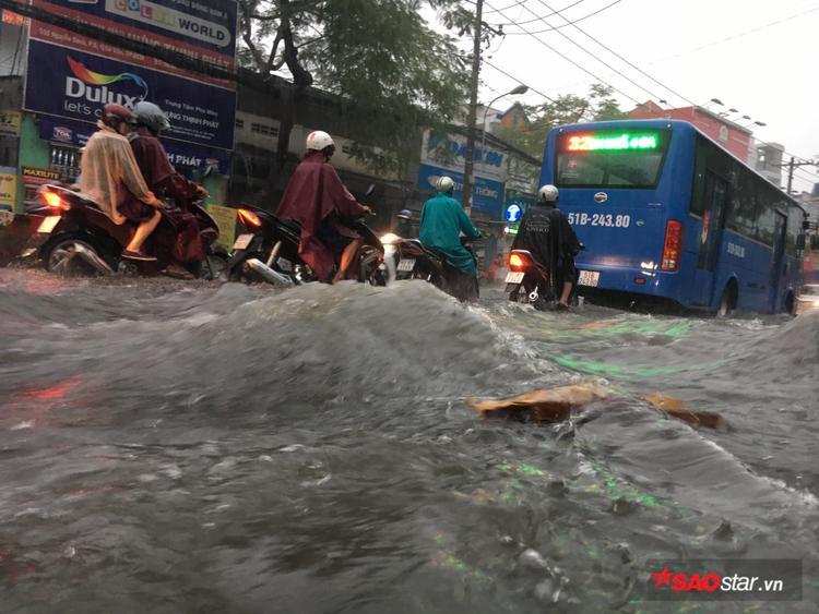 Khoảng 4h chiều 8/5, cơn mưa lớn kéo dài nhiều giờ liền khiến đường Nguyễn Oanh (quận Thủ Đức, TP. HCM) chìm ngập trong biển nước.